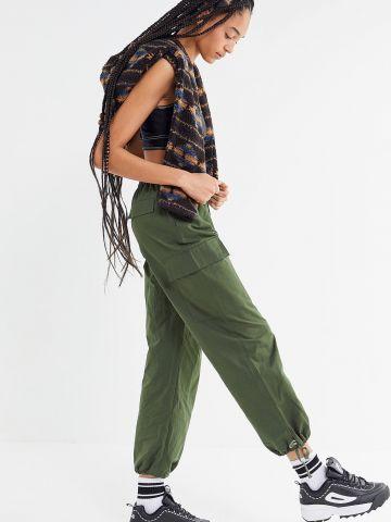 מכנסיים גבוהים עם כיווצים בסיומת UO