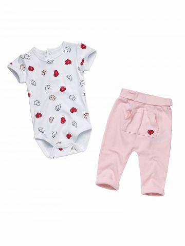 סט בגד גוף ומכנסיים בהדפס לבבות / בייבי בנות
