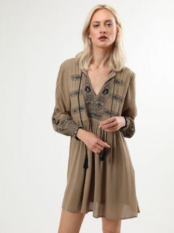 שמלת גלביה מיני עם עיטורי רקמה וגדילים