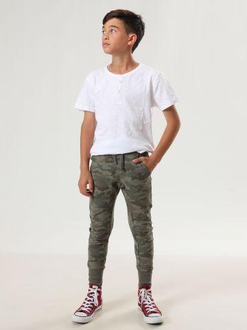 מכנסי טרנינג קמופלאז' עם סיומת מנג'טים