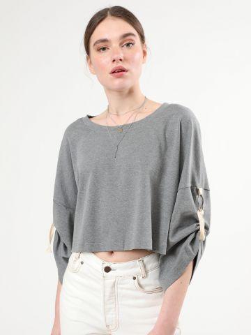 חולצת סווטשירט קרופ עם טבעות קשירה בשרוולים
