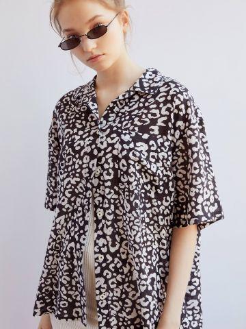 חולצה מכופתרת אוברסייז בסגנון מנומר UO