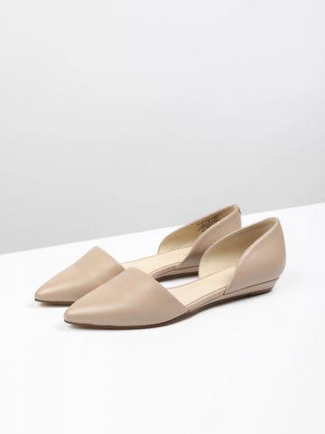 נעלי דמוי עור מחודדות עם פתחים בצדדים