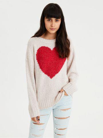 סוודר עם הדפס לב גדול בחזית