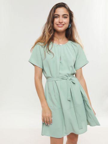 שמלת מיני עם חגורת קשירה