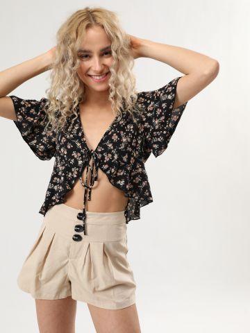 מכנסיים קצרים עם כפתורים אובליים