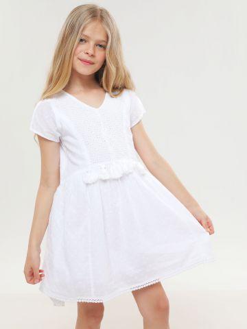 שמלה עם עיטורי רקמה ופרנזים במותן