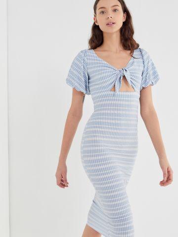 שמלת מידי בהדפס משבצות עם קשירה בחזית UO