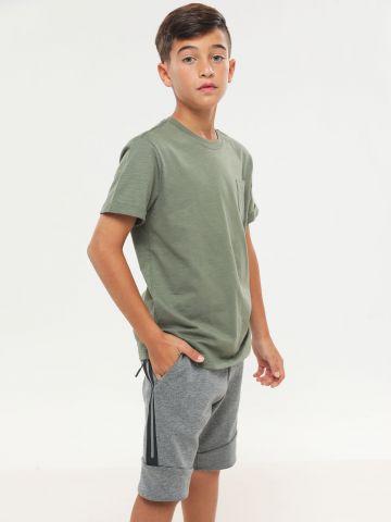 מכנסי טרנינג קצרים עם לוגו וכיס מודגש